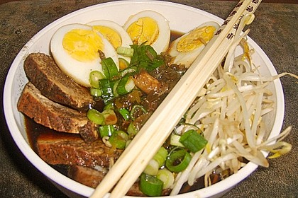 Japanische Nudelsuppe mit Hühnerbrühe und Lende (Ramen) 6
