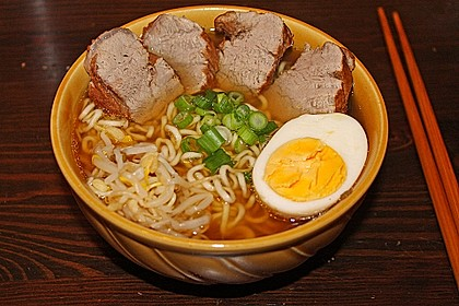 Japanische Nudelsuppe mit Hühnerbrühe und Lende (Ramen) 3
