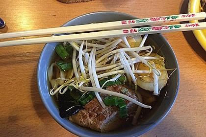 Japanische Nudelsuppe mit Hühnerbrühe und Lende (Ramen) 23