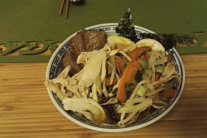 Japanische Nudelsuppe mit Hühnerbrühe und Lende (Ramen) 17