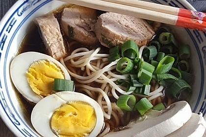 Japanische Nudelsuppe mit Hühnerbrühe und Lende (Ramen) 9