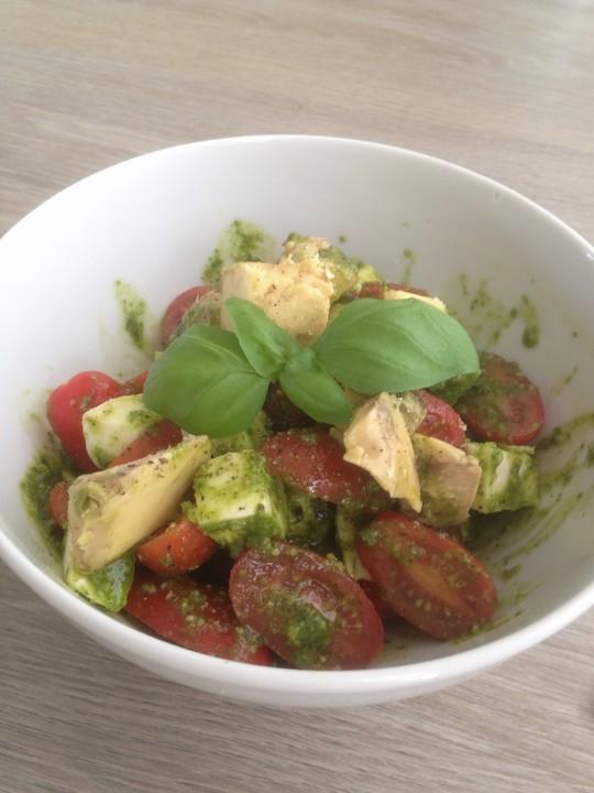 avocado tomaten salat mit pesto und mozzarella von dayday. Black Bedroom Furniture Sets. Home Design Ideas