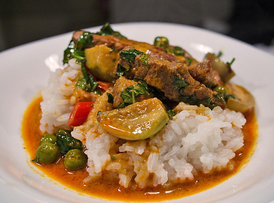 Rotes Thaicurry mit Rind und Thai-Auberginen
