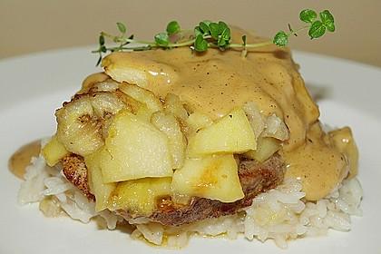 Kalbssteak unter Bananen - Apfel - Haube an Ingwersauce mit Bananen - Butterreis