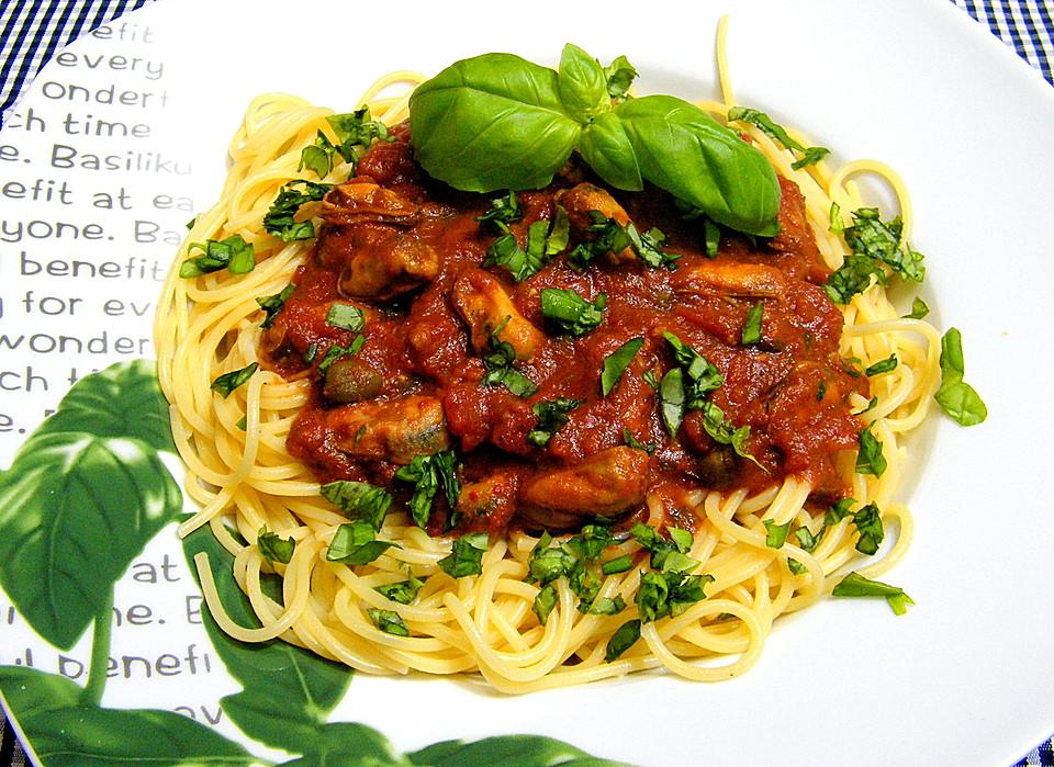 Pasta mit Muscheln in Tomatensoße