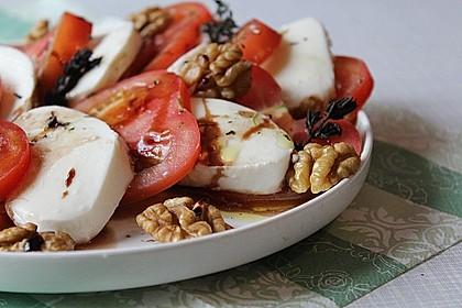 Tomaten - Mozzarella - Salat mit Walnüssen