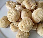 Brot-Gnocchi mit dreierlei Käse und Tomatensauce