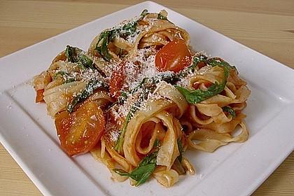 Tagliatelle mit Rucola in Tomatensauce