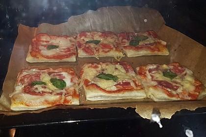 Kleine Blätterteig - Pizzen 24