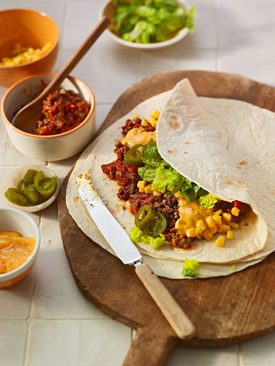 burrito tortilla gef llt mit hackfleisch mais salat und jalapenoscheiben von teddy01969. Black Bedroom Furniture Sets. Home Design Ideas