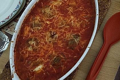Hackbällchen gefüllt mit Fetakäse in einer Tomatensoße überbacken