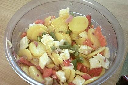 Pikanter Kartoffelsalat mit Nusskernen