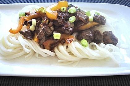 Chinesisches Rindfleisch mit Zwiebeln und Paprika 10