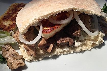 Roros Gyros im Fladenbrot mit Tzatzki, Zwiebeln und Krautsalat 10