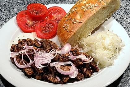Roros Gyros im Fladenbrot mit Tzatzki, Zwiebeln und Krautsalat 3
