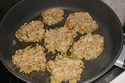Feine Zucchini - Kartoffelpuffer mit Nüssen und Senf - Dip 10