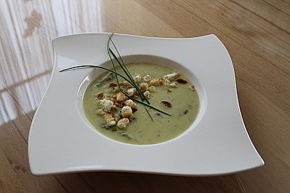 Spargelcremesuppe mit Brotcroutons 1