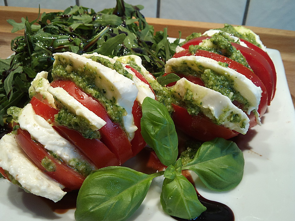 tomaten mozzarella mit pesto und rucola von momos foodmadness. Black Bedroom Furniture Sets. Home Design Ideas
