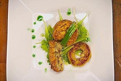 Pfifferlingstörtchen auf Rucolasalat mit Pilzsudvinaigrette und Petersilöl 2