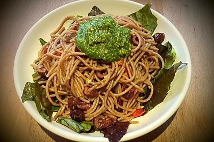 Gebratene Nudeln mit Cashewnüssen und Oliven an grünem Pesto 1