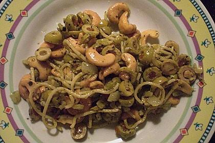 Gebratene Nudeln mit Cashewnüssen und Oliven an grünem Pesto 2