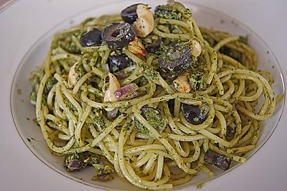 Gebratene Nudeln mit Cashewnüssen und Oliven an grünem Pesto