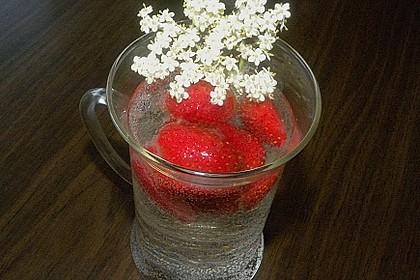 holunderbl ten bowle mit erdbeeren rezept mit bild. Black Bedroom Furniture Sets. Home Design Ideas