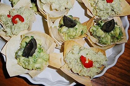 Hähnchenbrust mit Avocado und schwarzen Oliven