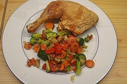 Hähnchenschenkel mit Gemüse im Backofen