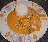 Scharfes Curryhähnchen  aus dem Wok mit Reis (Bild)