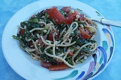 Rucola-Spaghetti Salat mit Tomaten und Schafskäse