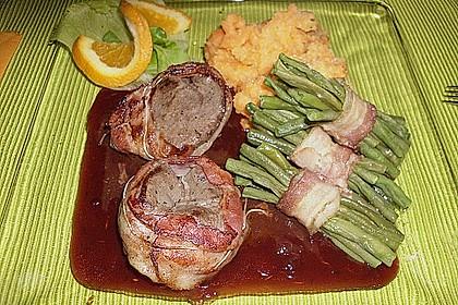 Känguru auf Rotwein-Preiselbeersauce mit Bohnenpäckchen und Karottenpüree 0