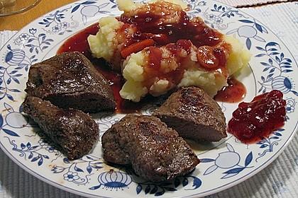 Känguru auf Rotwein-Preiselbeersauce mit Bohnenpäckchen und Karottenpüree 1