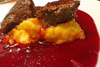 Känguru auf Rotwein-Preiselbeersauce mit Bohnenpäckchen und Karottenpüree 3