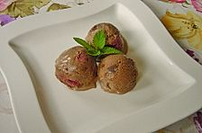 Schokoladeneis mit Brownies und Sauerkirschen