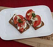 Schlemmerbrot mit Ei, Tomate, Zwiebeln (Bild)