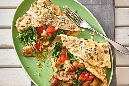 Vegetarischer Pfannkuchen mit Spinat-Champignon-Füllung