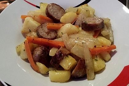 Kohlrabi-Karotten Topf mit Bratwurst