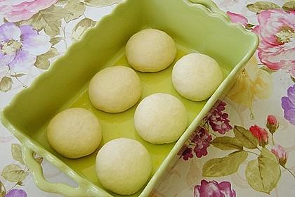 Buchteln mit Marmeladenfüllung und Vanillesoße 17