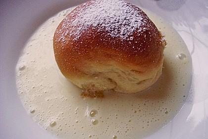 Buchteln mit Marmeladenfüllung und Vanillesoße 16