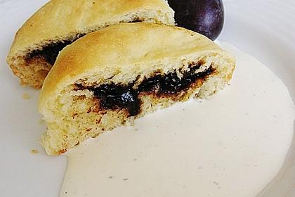 Buchteln mit Marmeladenfüllung und Vanillesoße