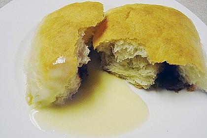 Buchteln mit Marmeladenfüllung und Vanillesoße 12