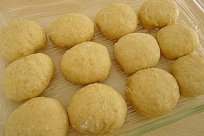 Buchteln mit Marmeladenfüllung und Vanillesoße 19