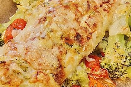 Überbackene Pfannkuchen mit Brokkoli und Schinken gefüllt