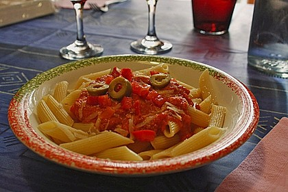 Vollkorn-Penne mit Tomaten-Olivensauce