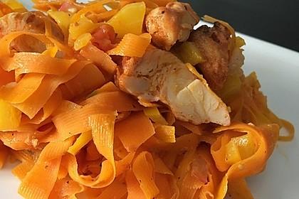 Zucchini-Karotten-Bandnudeln mit Hähnchen und Tomate 46