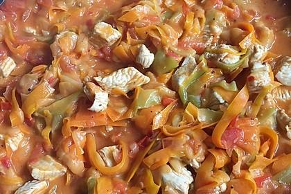 Zucchini-Karotten-Bandnudeln mit Hähnchen und Tomate 36