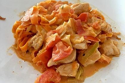 Zucchini-Karotten-Bandnudeln mit Hähnchen und Tomate 42
