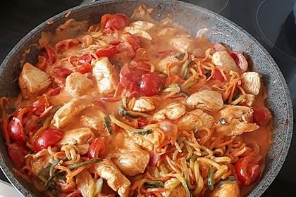 Zucchini-Karotten-Bandnudeln mit Hähnchen und Tomate 31