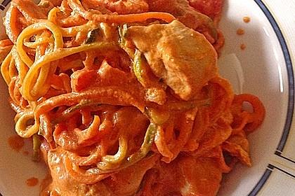Zucchini-Karotten-Bandnudeln mit Hähnchen und Tomate 30